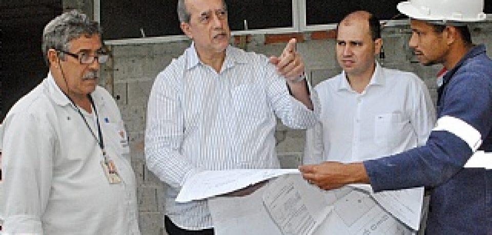 Ernane vistoria avanços nas obras da UPA Centro