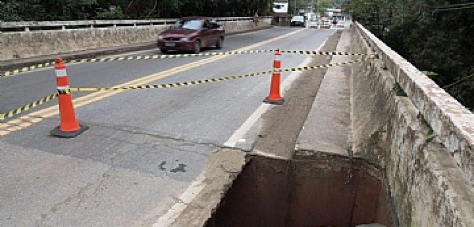 Meia pista da rodovia Rio-Santos é interditada em Boiçucanga.