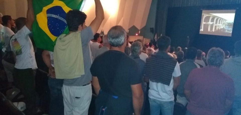 Pescadores de São Sebastião e Ilhabela fazem manifesto em frente à Polícia Ambiental