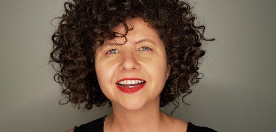 Cantora Roberta Campos se apresenta em Barra do Una no projeto 'Uma Praia e Um Violão'