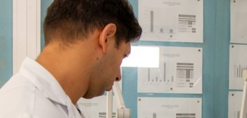 Monitoramento constante dos casos positivados de Covid-19 é realizado por equipes médicas.